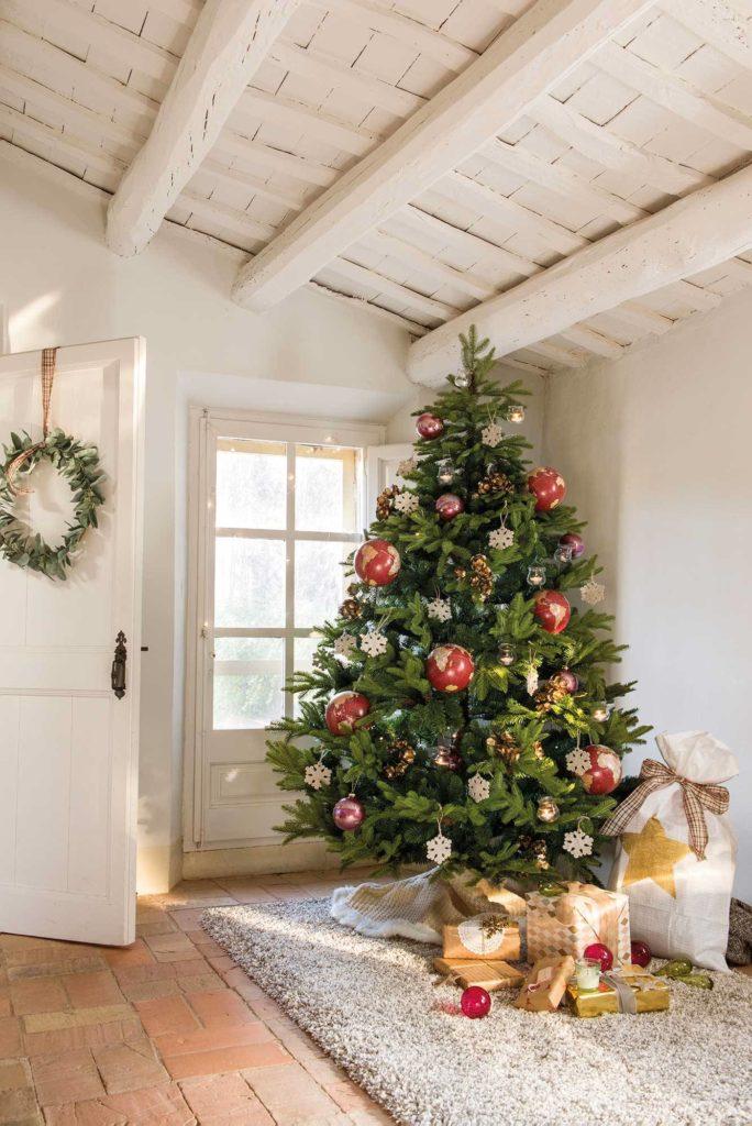 Arbol de navidad en un rincón, al lado de la ventana