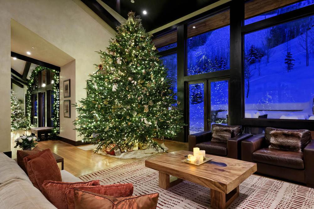 Árbol para navidad al lado de la venta
