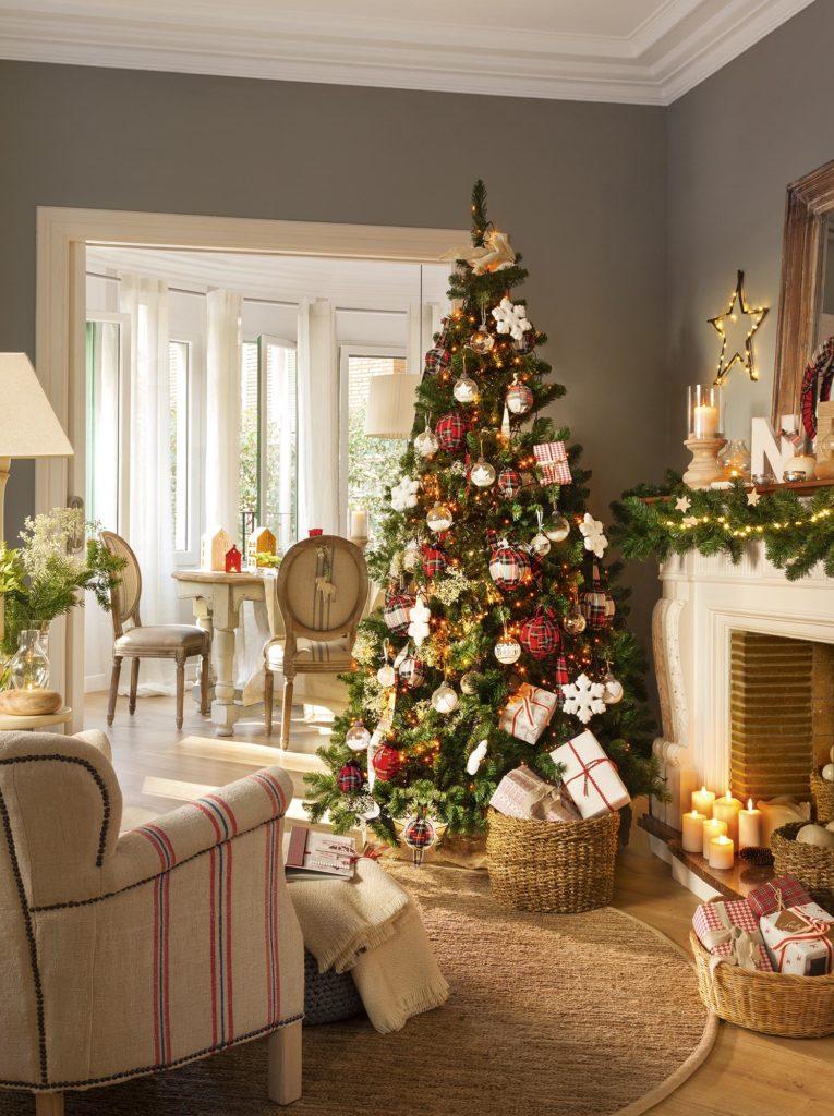 Árbol de navidad con adornos brithis