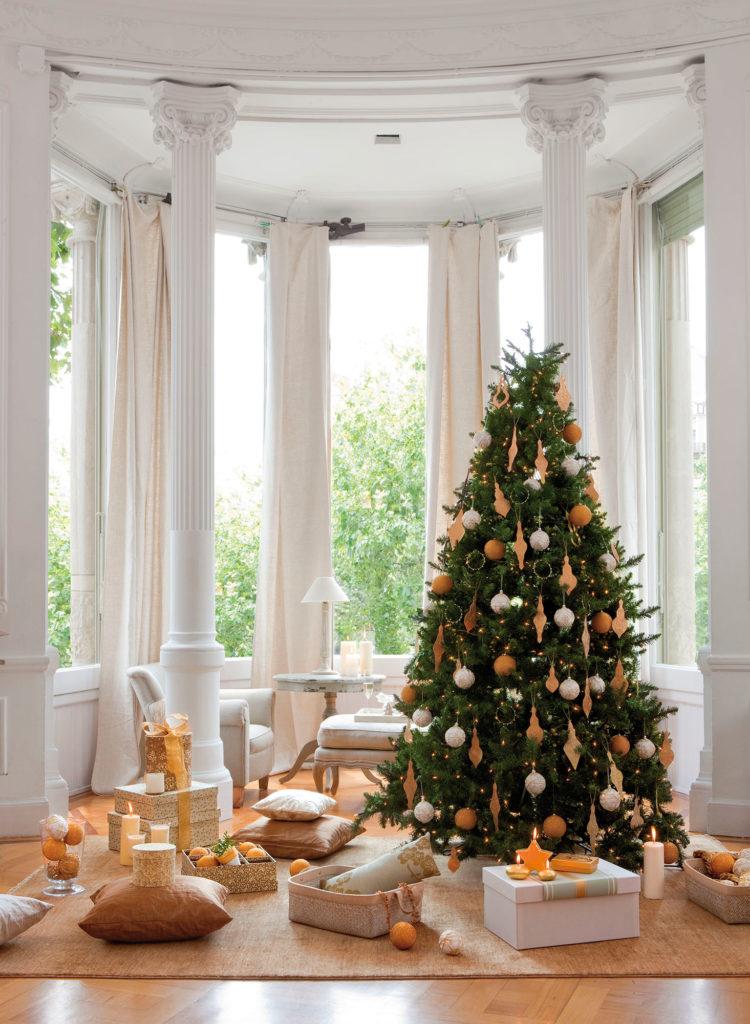 adornos dorados y plateados en el árbol de navidad