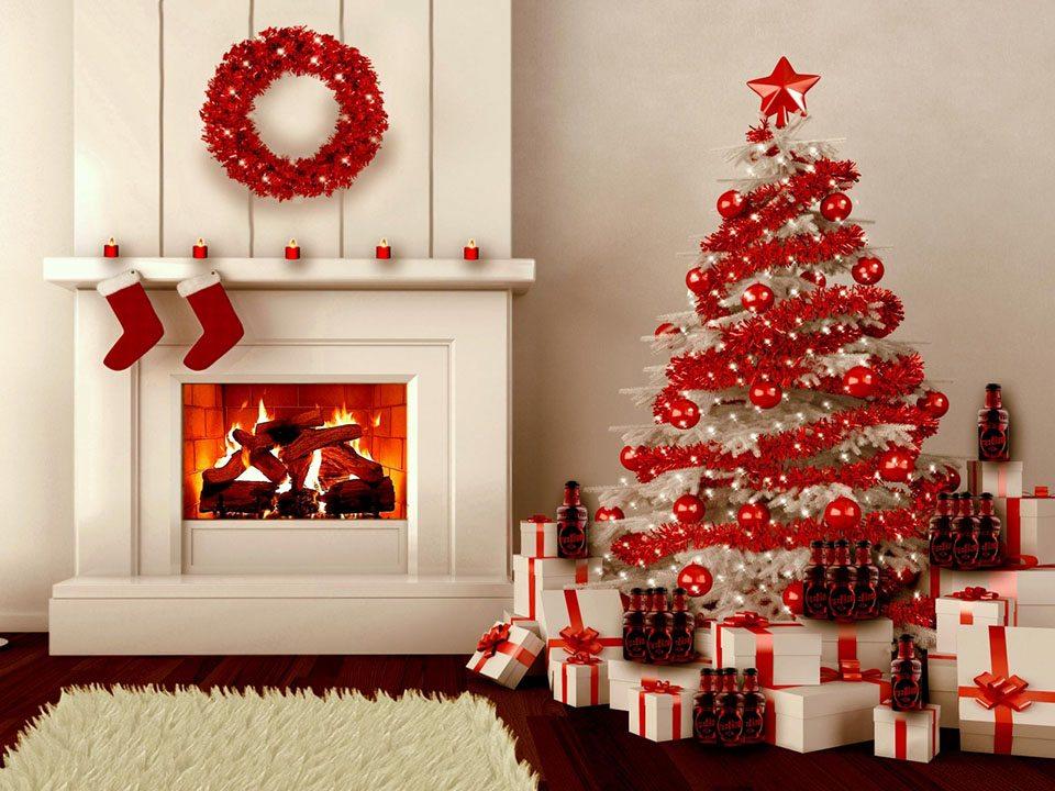 Árbol de navidad rojo blanco al lado de la chimenea