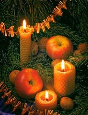 arbol navidad con velas y manzanas